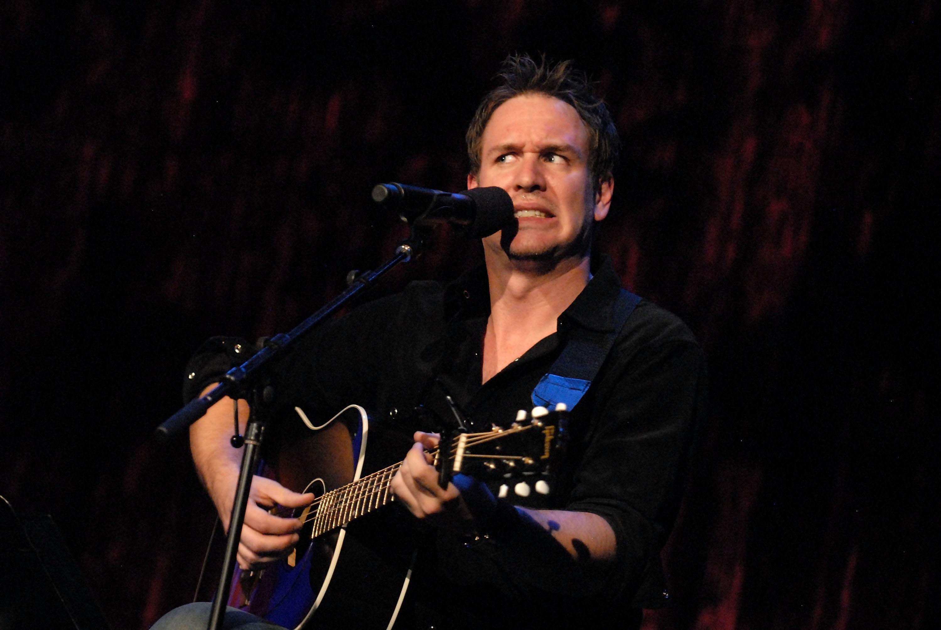 KRENKE-BONANZA: Musikalsk komiker Stephen Lynch kommer til Norge 7. juni og holder show. Hans blanding av stand up og humoristiske låter hadde kanskje ikke flydd like mye under radaren i dag som det gjorde for 15 år siden.