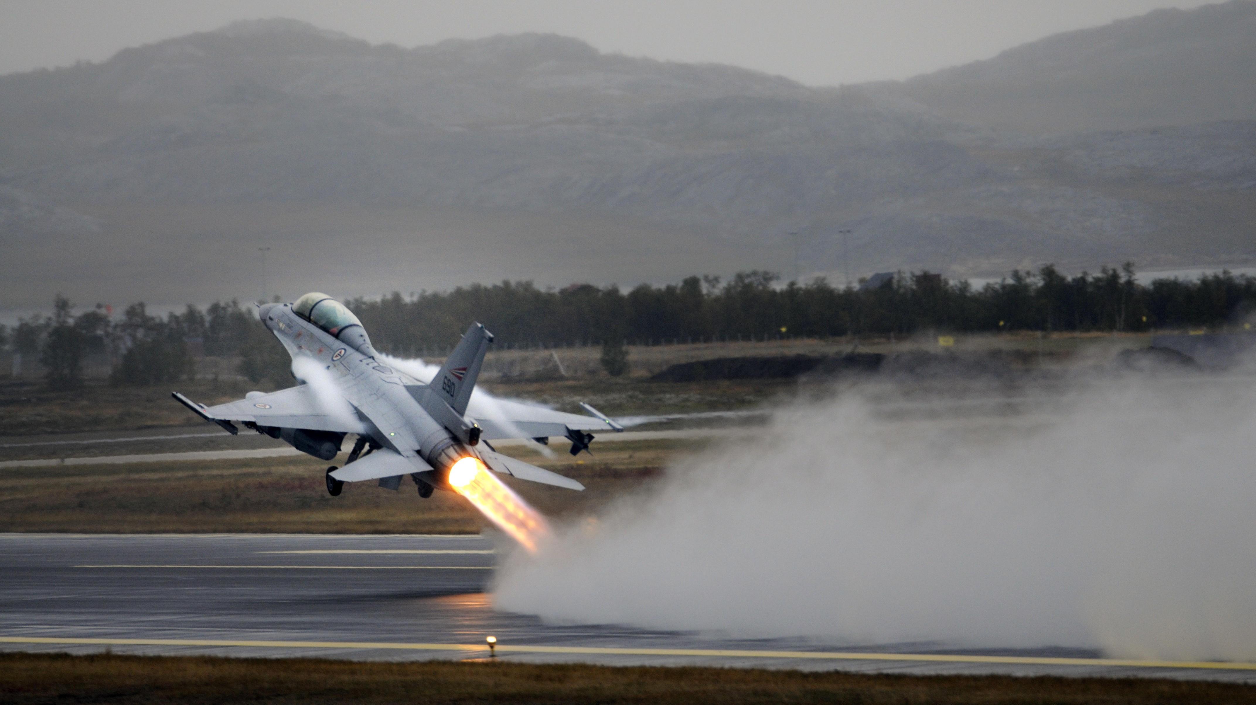 FLYDRAMA: En toseters F-16B, tilsvarende flyet som havarerte i 1985, tar av fra Banak under øvelse Nordavind.