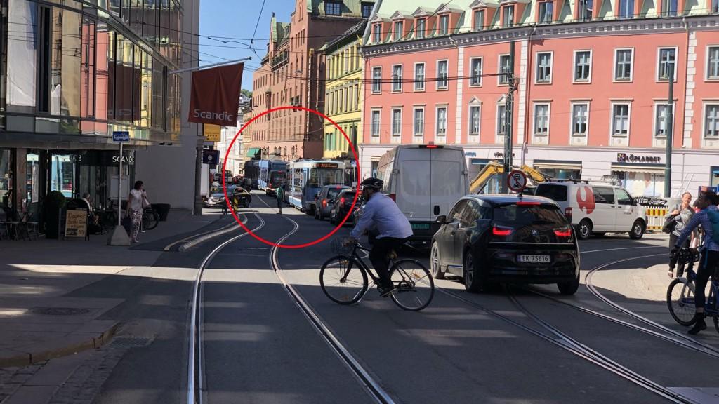 KØ PÅ KØ: Her stamper trikkene i kø i Christian IVs gate i Oslo sentrum onsdag ettermiddag, etter at nytt kjøremønster ble innført tidligere i uka.