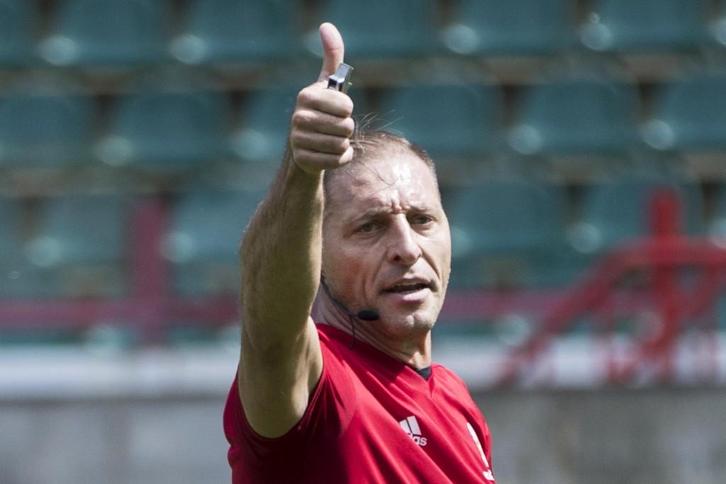 Nestor Pitana dømmer åpningskampen i VM. Foto: AP Photo/Pavel Golovkin / NTB scanpix