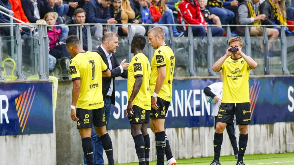 Nyansatt Start-trener Kjetil Rekdal gir instruksjoner til noen av sine spillere under søndagens eliteseriekamp hjemme mot Strømsgodset på Sør Arena.