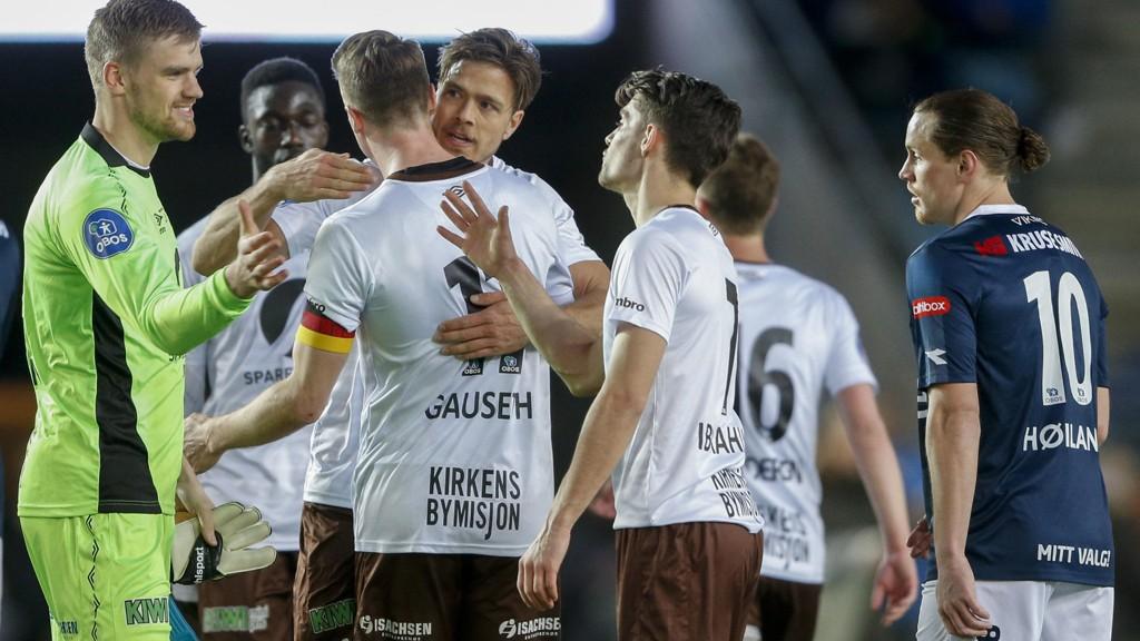 Mjøndalen-spillere jubler etter at laget slo Viking 2-0 i en seriekamp i OBOS-ligaen 10. april i år.