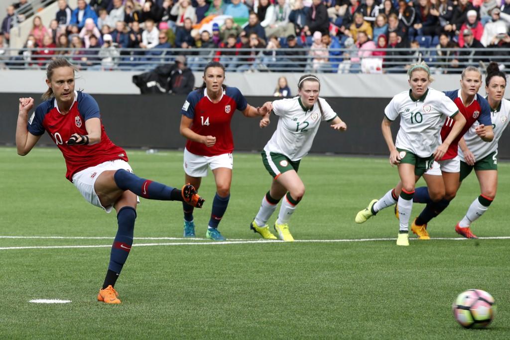Caroline Graham Hansen scorer målet som ga Norge 1-0-seier over Irland i VM-kvalifiseringskampen i fotball tirsdag. Foto: Terje Pedersen / NTB scanpix