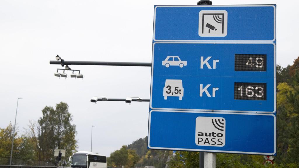 Fylkestinget vedtok tirsdag at elbiler skal betale halv pris i alle bomstasjoner i Rogaland, men når vedtaket trer i kraft, er fortsatt usikkert.