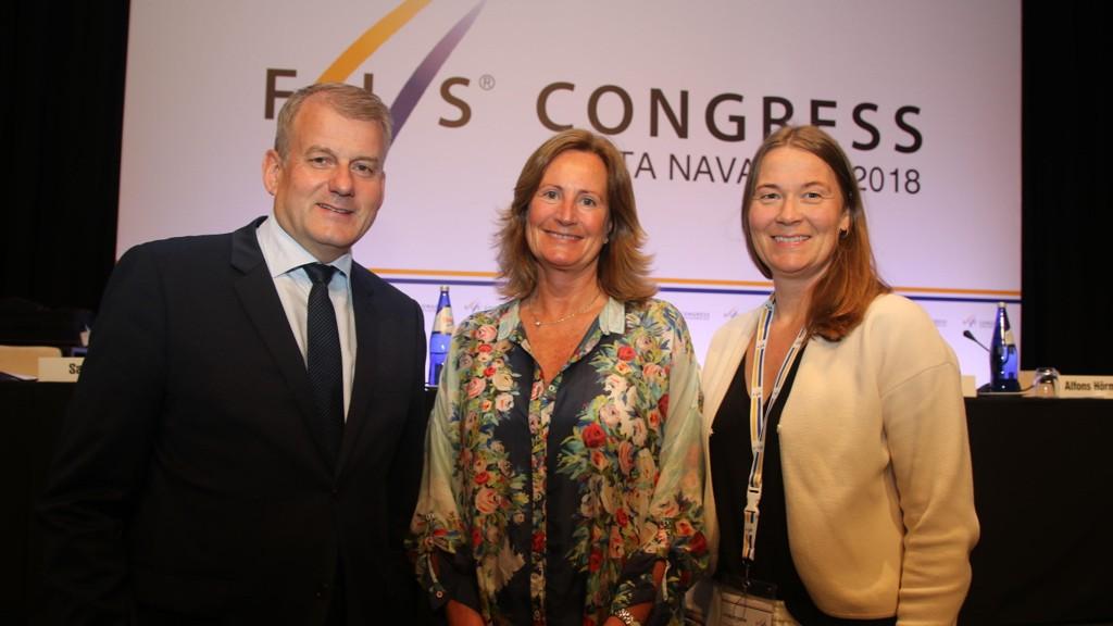 Norges delegasjon under FIS-kongressen. Fra venstre: Skipresident Erik Røste, visepresident Eva Tine Riis-Johannessen og assisterende generalsekretær Ingvild Bretten Berg.