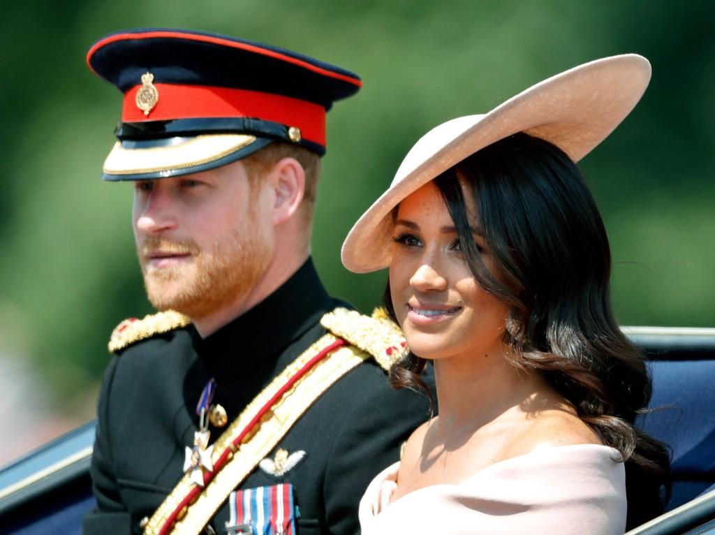 KONGELIG ANKOMST: Meghan Markle ankommer Trooping the Colour-seremonien sammen med prins Harry i hestevogn.