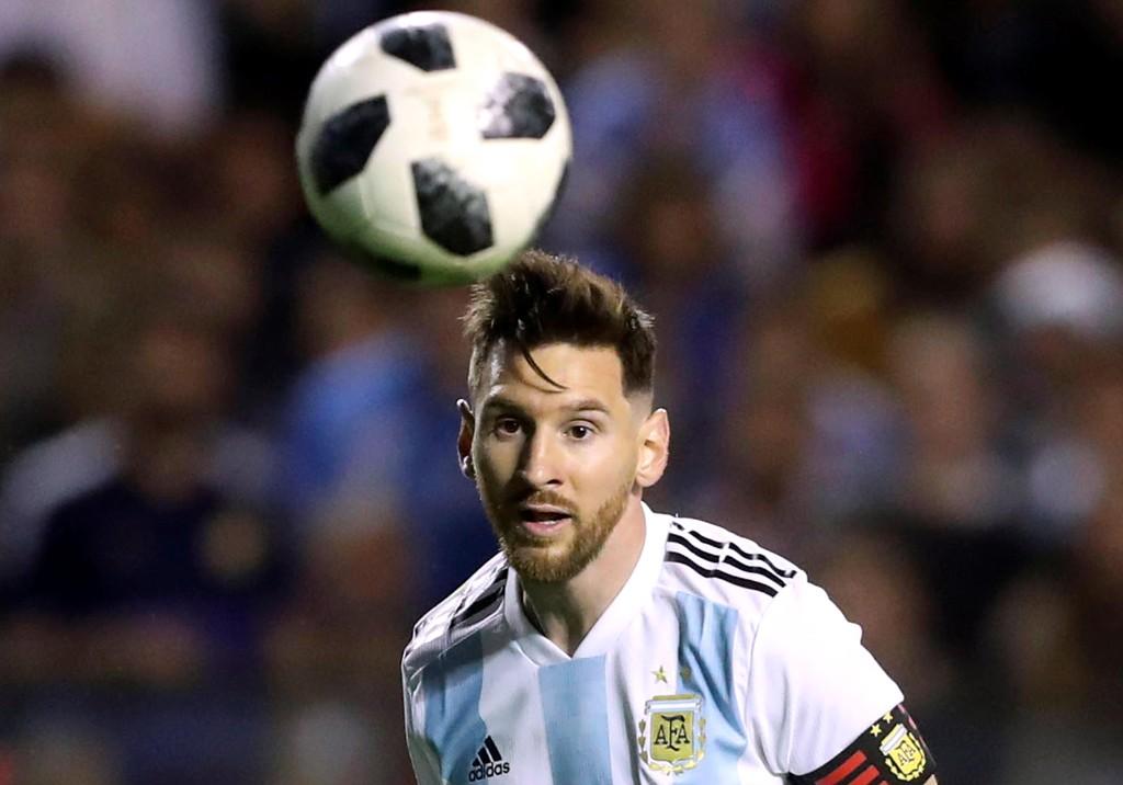 BENKER SEG FORAN SKJERMEN: Mange har planer om å se Lionel Messi og de andre VM-stjernene i akjson fra sofaen.