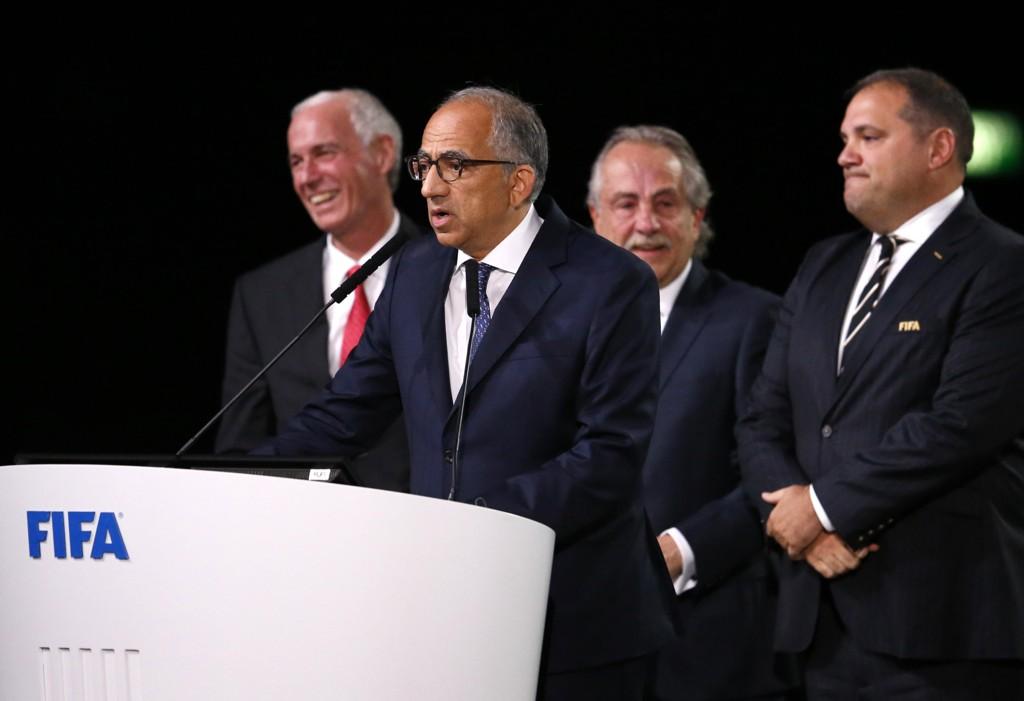 Presidenten i det amerikanske fotballforbundet Carlos Cordeiro talte etter et USA, Mexico og Canada ble tildelt fotball-VM i 2016. Foto: AP Photo/Alexander Zemlianichenko/NTB scanpix.