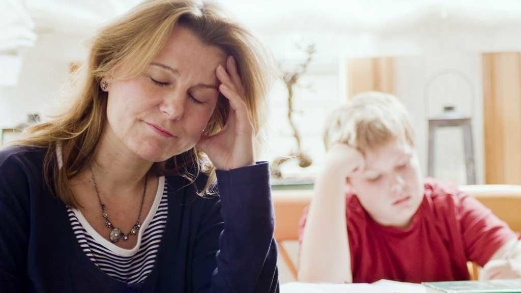 Både barn, ungdommer og foreldre er frustrert over leksene, skriver Marie Glimstad.