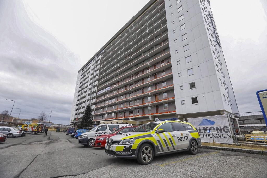 Mannen i 20-årene ble funnet død utenfor blokken i Fyllingsdalen i Bergen. Foto: Bjørn Erik Larsen / Bergens Tidende / NTB scanpix