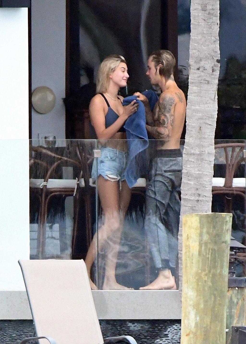 UADSKILLELIGE: Justin Bieber og Hailey Baldwin ble denne helgen observert i Miami, og ifølge ryktene skal de ha vært uadskillelige.