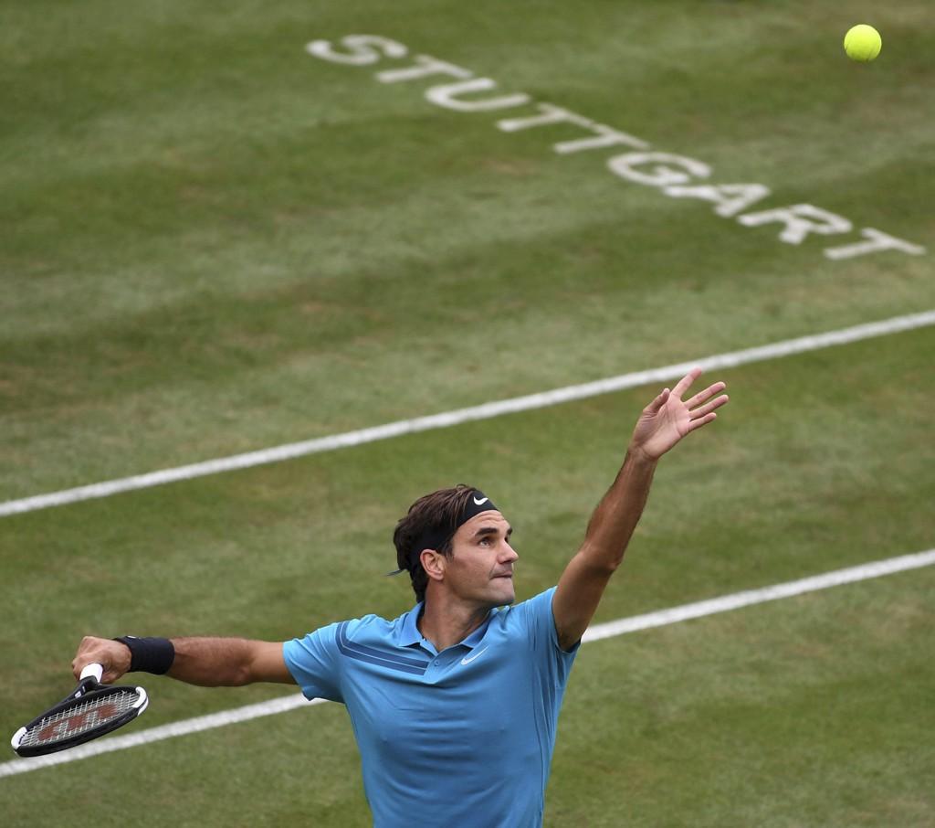 Roger Federer tapte første sett for tyske Mischa Zverev i Stuttgart-turneringen onsdag, men kom tilbake og vant kampen 2–1 i sett. Foto: Marijan Murat /DPA via AP / NTB scanpix