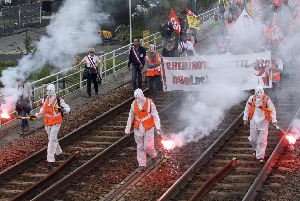 De mange streikene i det statlige jernbaneselskapet SNCF i Frankrike har ikke ført fram, og reformen de protesterer mot, ble onsdag vedtatt i nasjonalforsamlingen. Foto: Bob Edme / AP / NTB scanpix