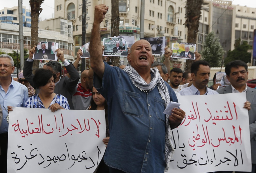 Palestinere demonstrerte også tirsdag i Ramallah med krav om at sanksjonene mot Gazastripen oppheves. Foto: Majdi Mohammed / AP / NTB scanpix
