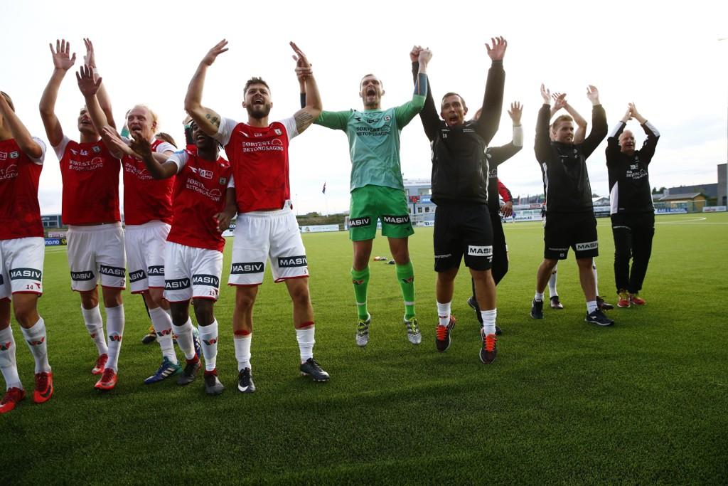 Bryne-spillerne jublet på Jessheim stadion etter straffedramaet onsdag. Foto: Cornelius Poppe / NTB scanpix