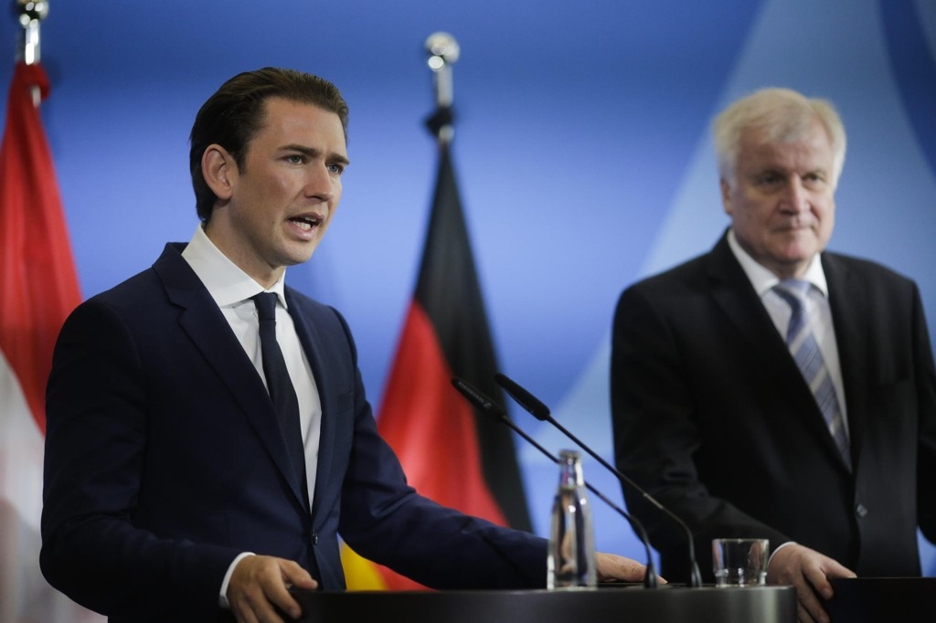 Østerrikes statsminister Sebastian Kurz (t.v.) og Tysklands innenriksminister Horst Seehofer møtte pressen onsdag etter å ha drøftet innvandring i Berlin. Foto: AP/NTB scanpix