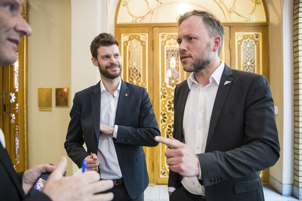 Leder i Rødt Bjørnar Moxnes (tv) og leder i Sosialistisk Venstreparti (SV) Audun Lysbakken ønsker mindre lønn på Stortinget. Foto: Håkon Mosvold Larsen / NTB scanpix