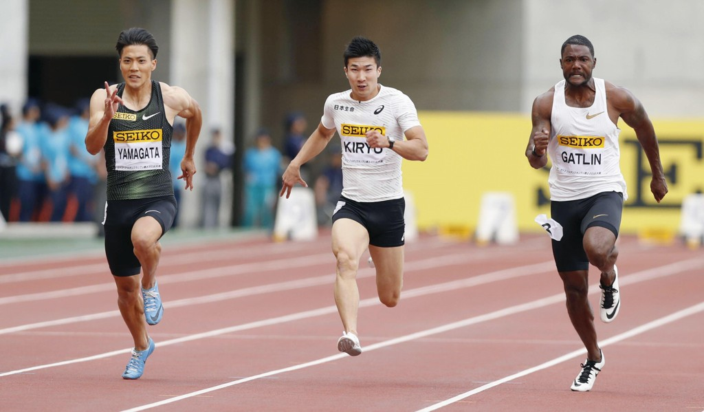 Justin Gatlin (th) vant et stevne i Ostrava med 10,03 på 100 meter onsdag. Foto: Shohei Miyano/Kyodo News via AP / NTB scanpix