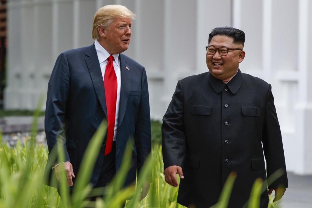 Donald Trump (bidix) iyo Kim Jong-un intii lagu gudaha jiray shirkoodii Singapore.