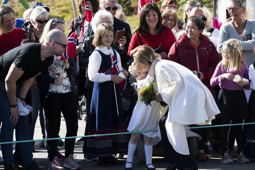 Før kongeparet forlot folkefesten i barnehagen på Værøy fikk dronning Sonja en god klem av fire år gamle Ella Sørheim. Foto: Berit Roald / NTB scanpix