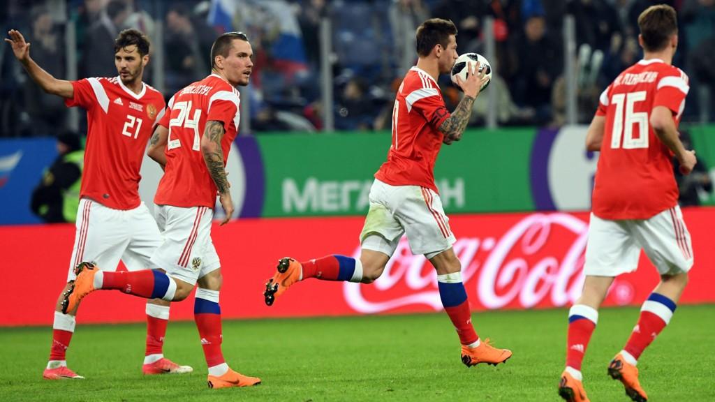 Russland-spissen Fyodor Smolov jubler etter sin 1-2 redusering i privatlandskampen mot Frankrike i St. Petersburg 27.mars. Frankrike vant kampen 3-1.