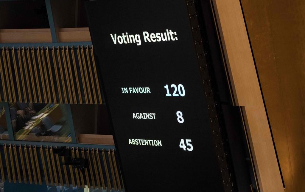 FIKK FLERTALL: Slik var resultatet da FNs hovedforsamling stemte over et forslag om å fordømme Israels vold på Gaza. 120 stemte for, 8 imot mens 45 avsto fra å stemme.