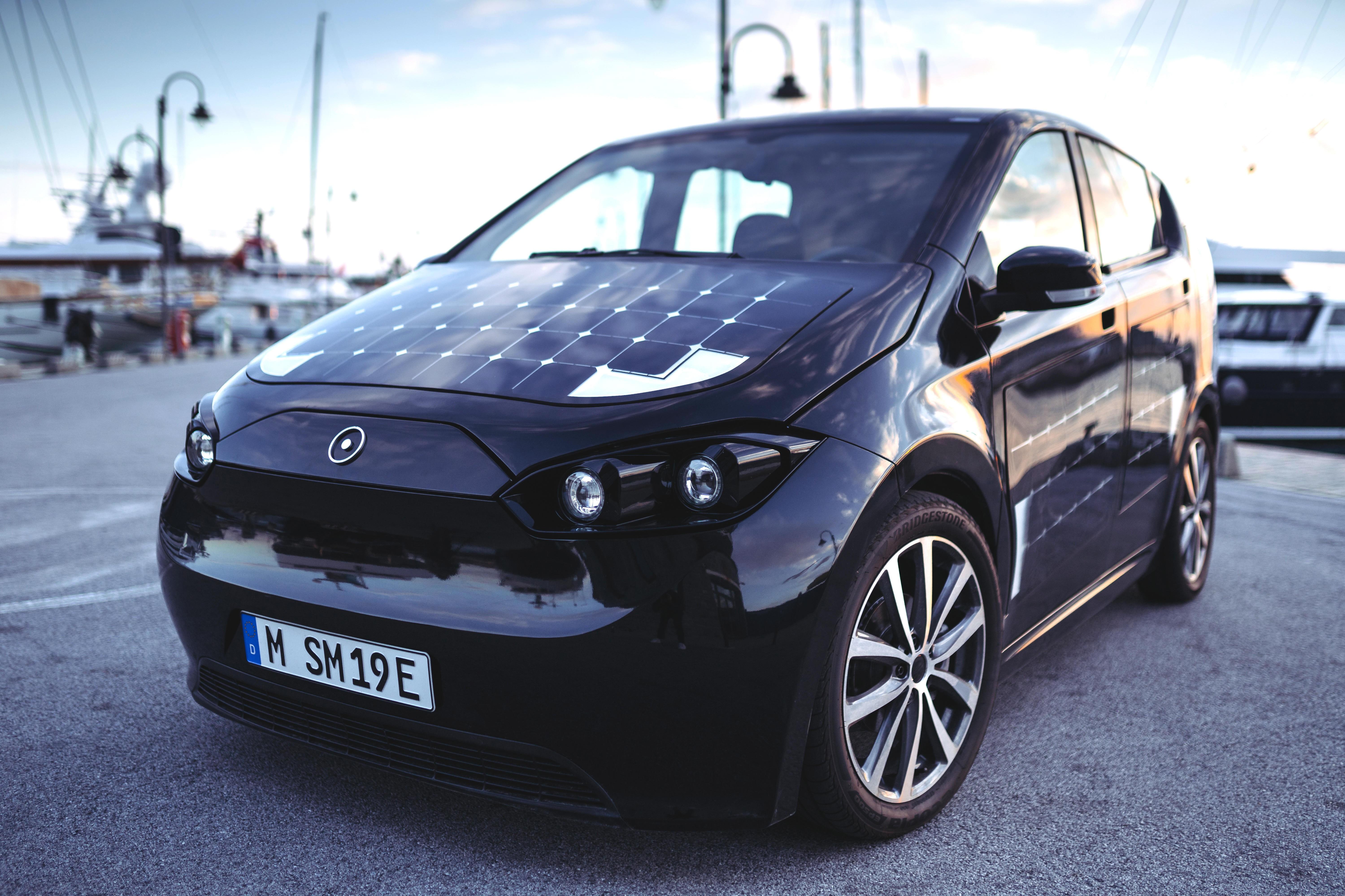 SONO SION: Den tyske bilprodusenten Sono Motors har utviklet elbilen Sion, som i tillegg til et batteri på mellom 35 og 45 kWh er bilen dekket av 330 solpaneler som skal gi om lag 30 km med ekstra rekkevidde per dag - det holder til manges daglige småkjøring. Elbilen kan leveres i Norge og skal være på veien i 2019.