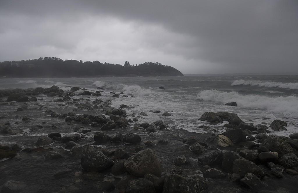 Meteorologene advarer mot vind, som enkelte steder kommer opp i full storm, langs kysten fra sør i Trøndelag til Vestlandet, samt i fjelltraktene østafjells. Foto: Marit Hommedal / NTB scanpix