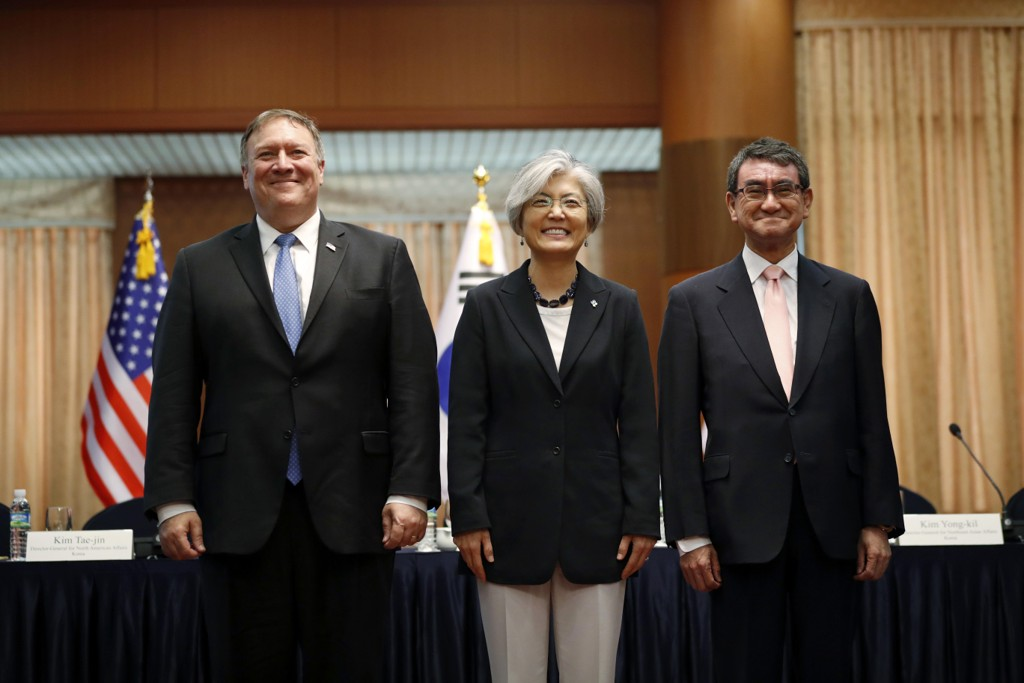 USAs utenriksminister Mike Pompeo, Sør-Koreas utenriksminister Kang Kyung-wha og Japans utenriksminister Taro Kono. Foto: Kim Hong-ji / Pool Photo via AP / NTB scanpix