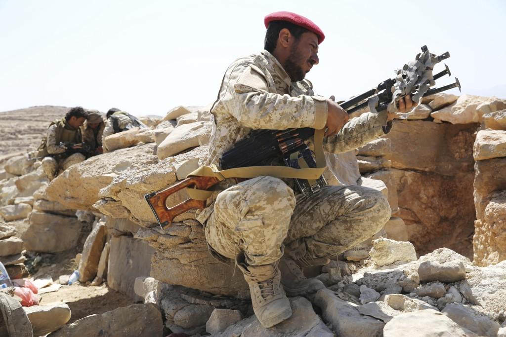 Regjeringsvennlige militssoldater (bildet) fortsetter offensiven mot den strategisk viktige havnebyen Hodeida i Jemen. Dette bildet ble tatt utenfor hovedstaden Sana i februar. Foto: AP / NTB scanpix
