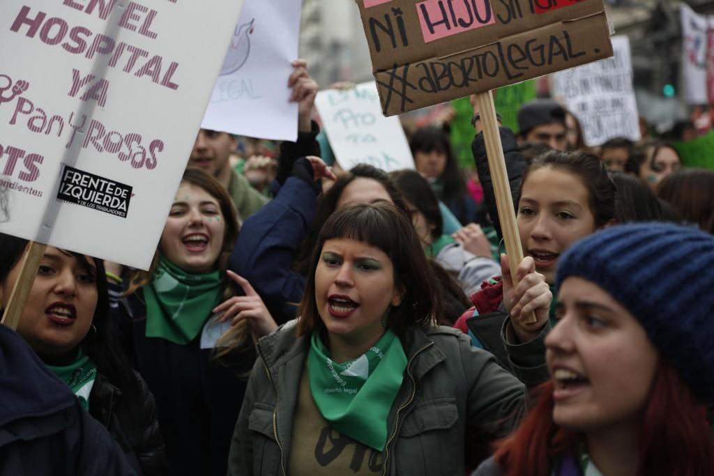 Aborttilhengere demonstrerer til støtte for selvbestemt abort i Argentina onsdag. Torsdag stemte underhuset i den argentinske nasjonalforsamlingen for et lovforslag om å legalisere abort. Foto: AP / NTB scanpix