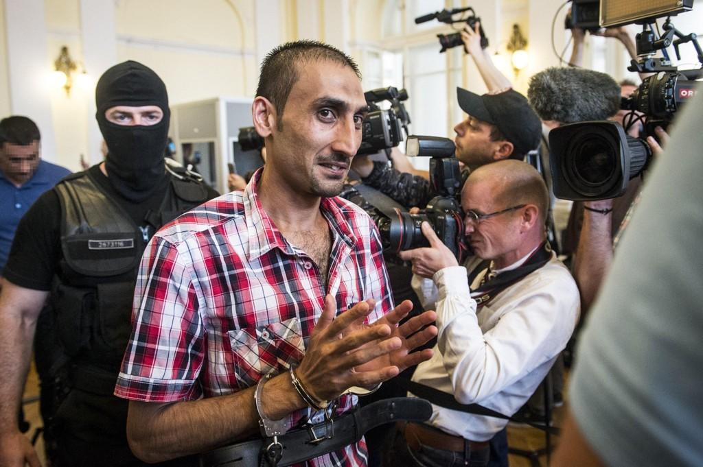 31 år gamle Samsoor Lahoo ble torsdag dømt til 25 års fengsel i Ungarn i forbindelse med at 71 flyktninger ble funnet døde i en kjølebil. Lahoo omtales som en av hovedmennene i et nettverk som smuglet rundt 1.200 flyktninger via Ungarn til Østerrike. Foto: AP / NTB scanpix