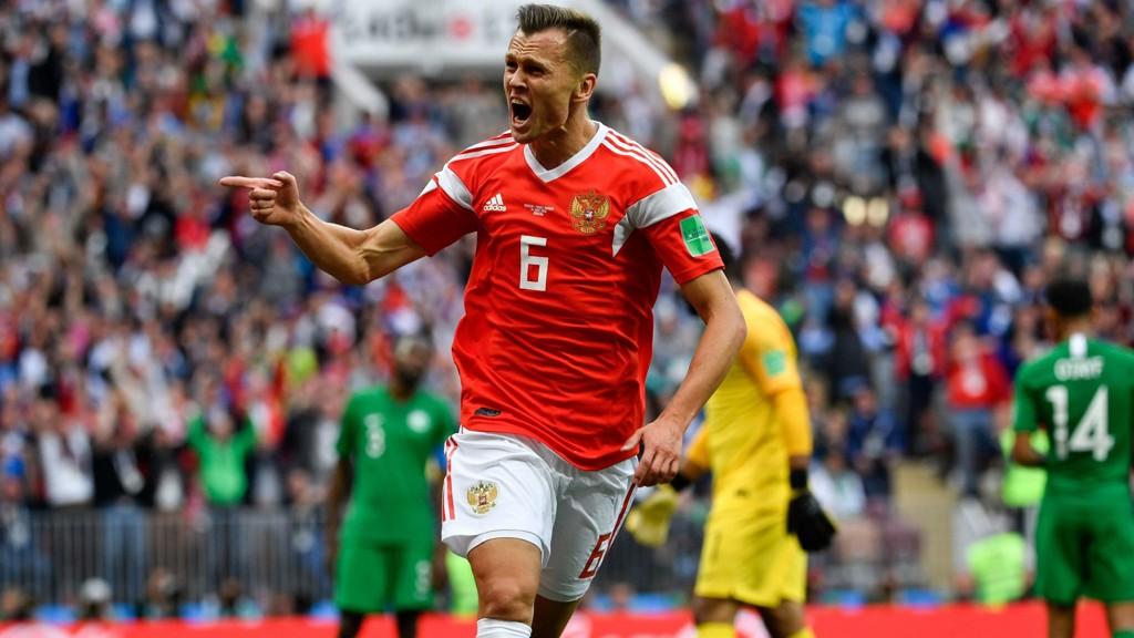 DRØMMESTART: Denis Tsjerysjev slipper jubelen løs etter å ha satt inn 2-0 for Russland mot Saudi-Arabia i VMs åpningskamp i Moskva.