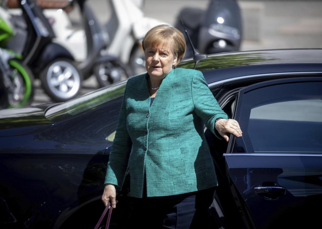 Tysklands statsminister Angela Merkel går inn for skjerpet kontroll ved tyske grenser og får støtte i regjeringskoalisjonen for arbeidet for en strengere og mer samordnet politikk i hele EU. Foto: Kay Nietfeld / AP / NTB scanpix