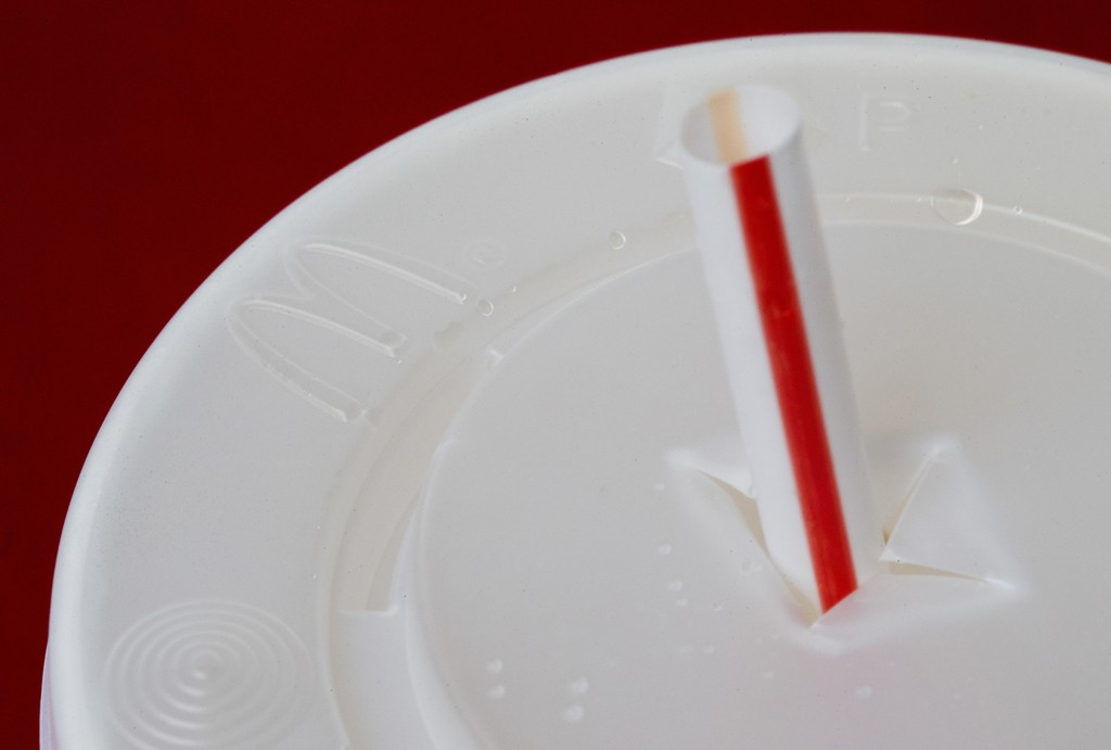 Plastsugerør skal være fjernet fra McDonald's restauranter i Storbritannia og Irland neste år. Foto: Wilfredo Lee / AP / NTB scanpix