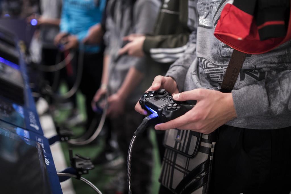 Det å være avhengig av å spille dataspill, er en psykisk lidelse, slår WHO fast. Illustrasjonsfoto: Kamil Zihnioglu / AP / NTB scanpix