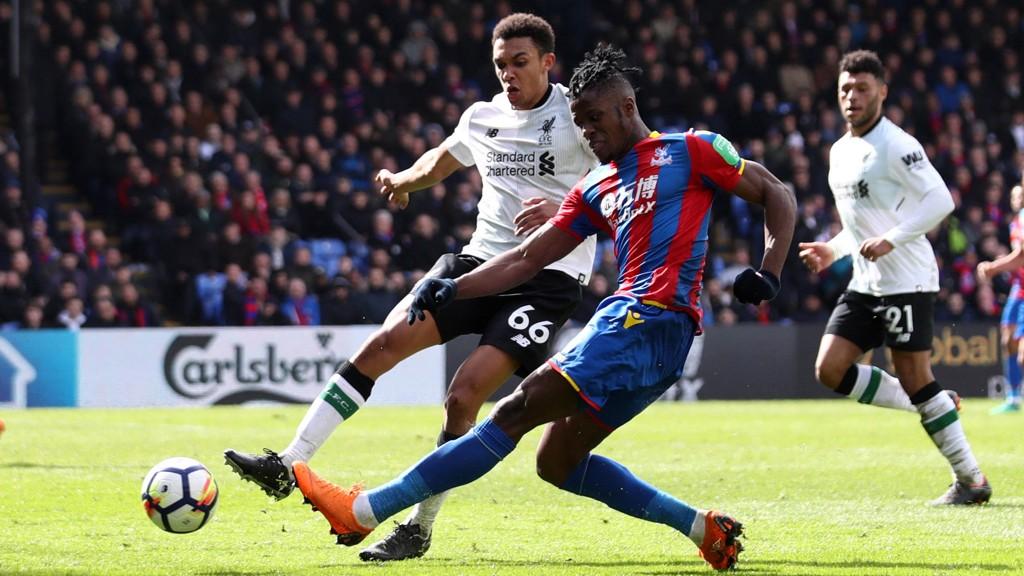 HET: Crystal Palaces Wilfried Zaha, her i duell med Liverpools Trent Alexander-Arnold, skal være på ønskelisten til Tottenham.