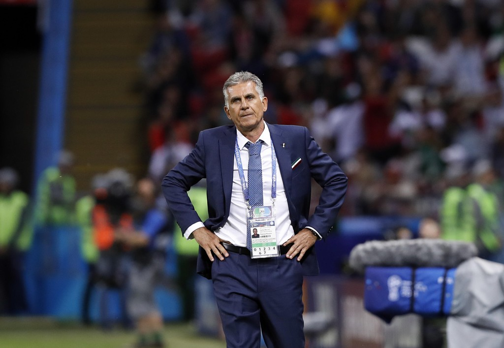 Irans landslagssjef Carlos Queiroz så sitt lag tape for Spania onsdag. Nå ser han fram til mandagens kamp mot fødelandet Portugal, som er en ny matchball i kampen om VM-avansement. Foto: Manu Fernandez, AP / NTB scanpix