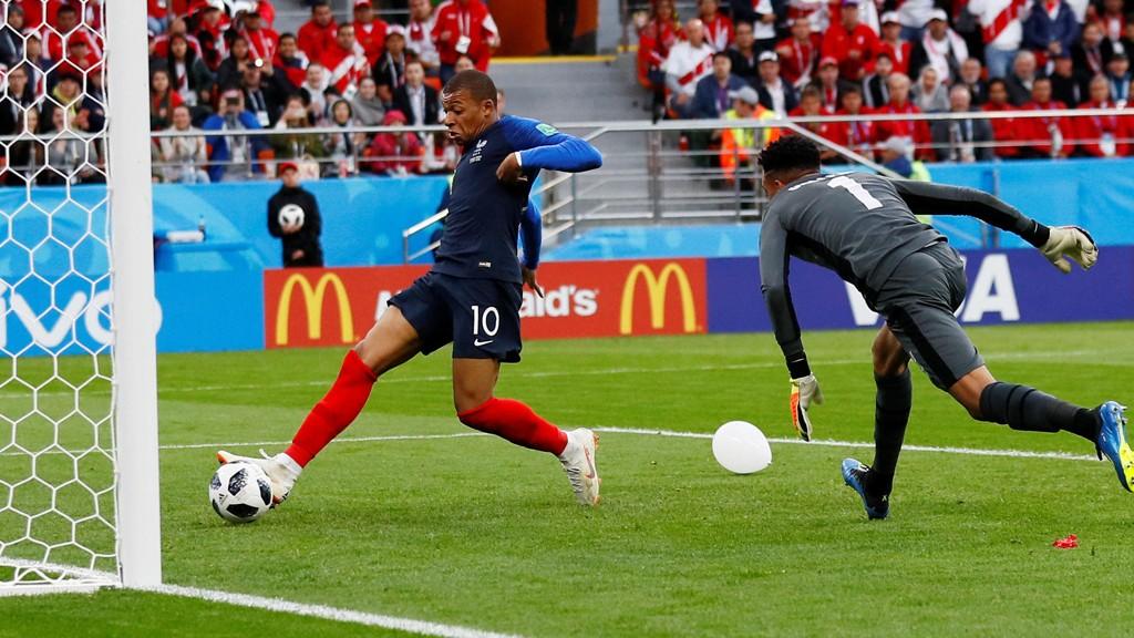 1-0: Kylian Mbappe (19) setter inn ledermålet for Frankrike og blir dermed landets yngste målscorer i et mesterskap.