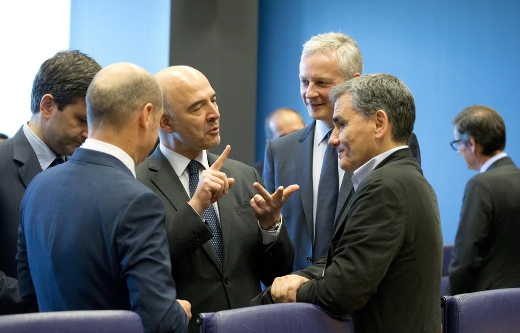 EUs finanskommissær Pierre Moscovici i diskusjon med Hellas' finansminister Euklid Tsakalotos på eurogruppemøtet i Luxembourg torsdag ettermiddag. Foto: Virginia Mayo / AP / NTB scanpix