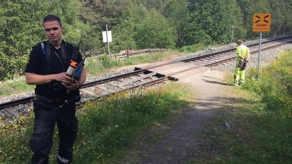 Politibetjent Pål Vegard Nystuen ved ulykkesstedet hvor en mann ble påkjørt av toget nord for Tolga stasjon onsdag formiddag. Foto: Tonje H. Løkken