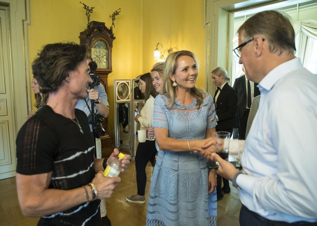 Barne- og likestillingsminister Linda Hofstad Helleland sammen med Petter Stordalen (tv) og Rune Bjerke.
