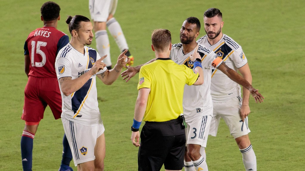 Zlatan Ibrahimovic og Ashley Cole i disputt med dommeren under kampen mellom LA Galaxy og FC Dallas på StubHub Center 30 mai. Galaxy tapte forøvrig kampen 2-3.