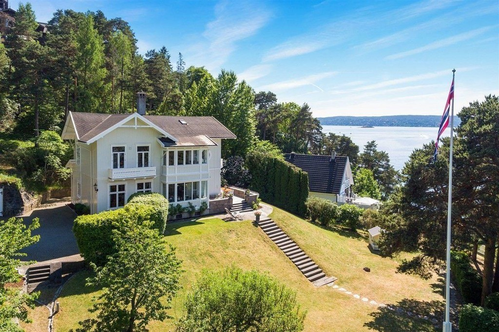 DYR IDYLL: Trehuset på Ormøya i Oslo har 75 meter strandlinje og to badehus, men det koster deg dyrt om du vil sikre deg eiendommen.