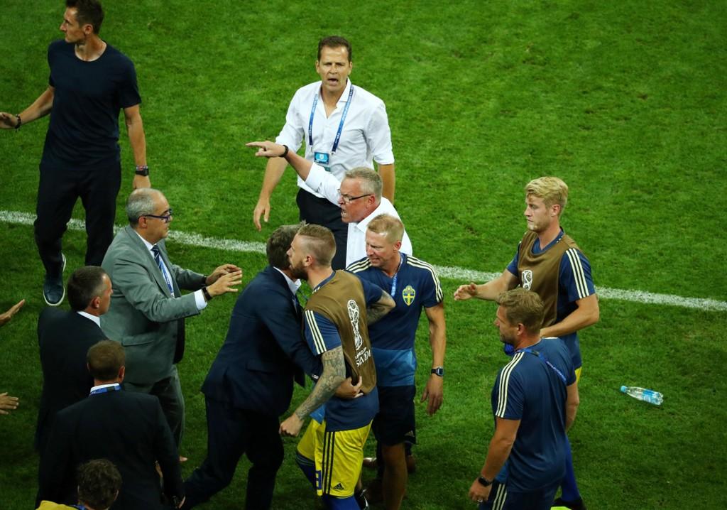 BLE FORBANNET: Sverige-trener Janne Andersson reagerte på tyskerne Hans Ulrich Voigt og Georg Behlau (utenfor bildet) sin feiring etter det sure VM-tapet for Tyskland i VM-gruppespillet.