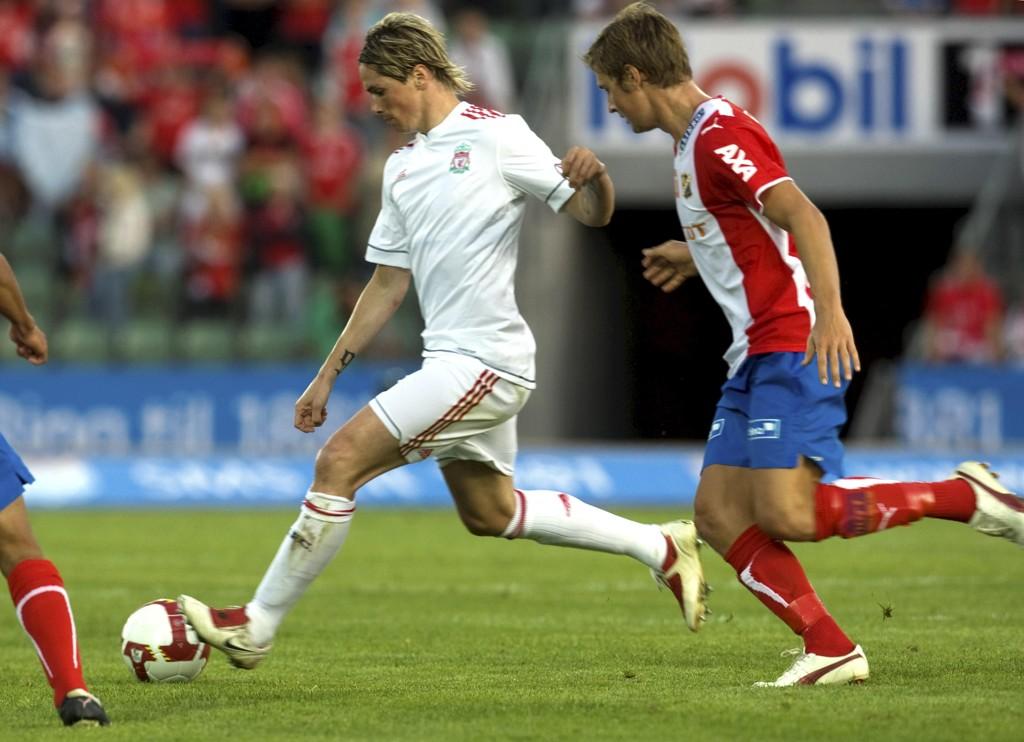 Fernando Torres er klar for japansk fotball. Her er han i duell mot Lyns Gøran van den Burgt under en privatkamp for Liverpool i 2009. Foto: Terje Bendiksby / NTB scanpix