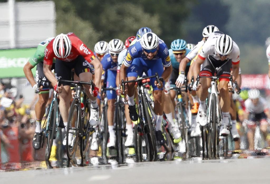 Fernando Gaviria (i midten) var sterkest i spurten og tok tirsdag sin andre etappeseier i årets Tour de France. Foto: Christophe Ena / AP / NTB scanpix