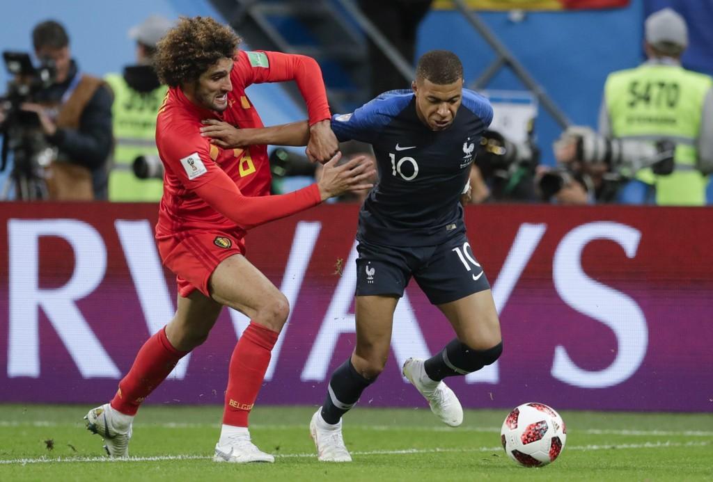 IMPONERTE IGJEN: Kylian Mbappe (t.h) spilte nok en god kamp for Frankrike. Her i duell med Belgias Marouane Fellaini.