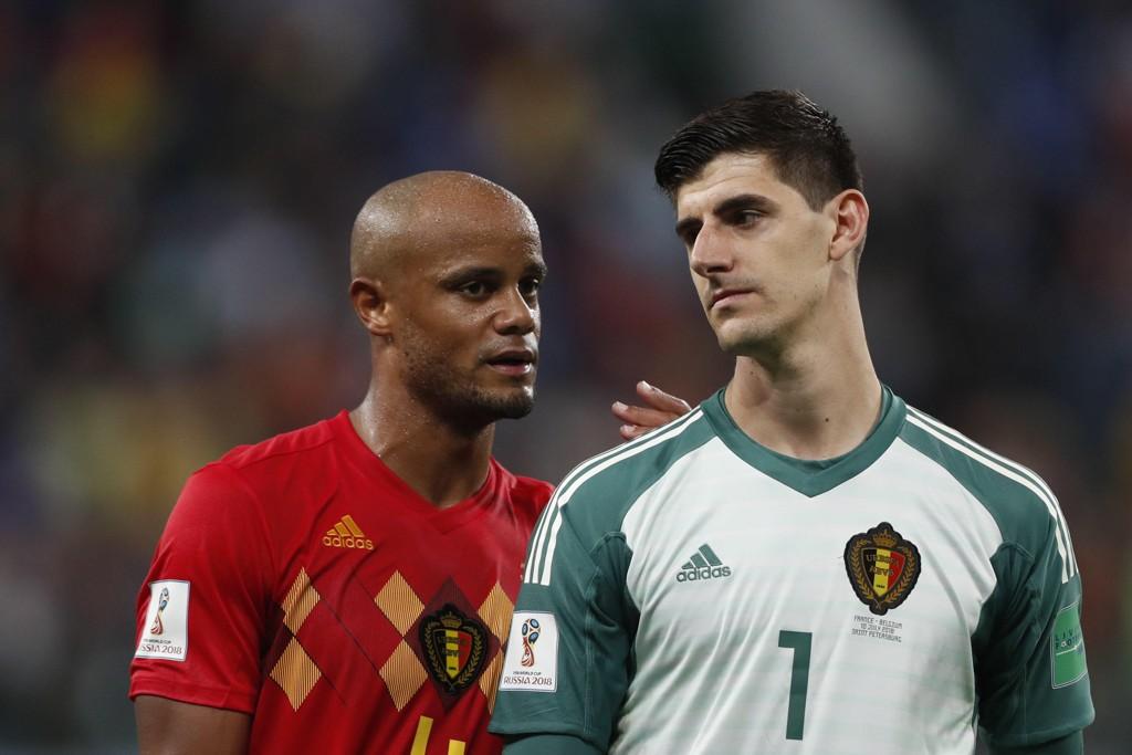 Belgia-keeper Thibaut Courtois og midtstopper Vincent Kompany var begge dypt skuffede da de forlot banen etter å ha tapt 1–0 for Frankrike i den første VM-semifinalen. Foto: Frank Augstein / AP / NTB scanpix