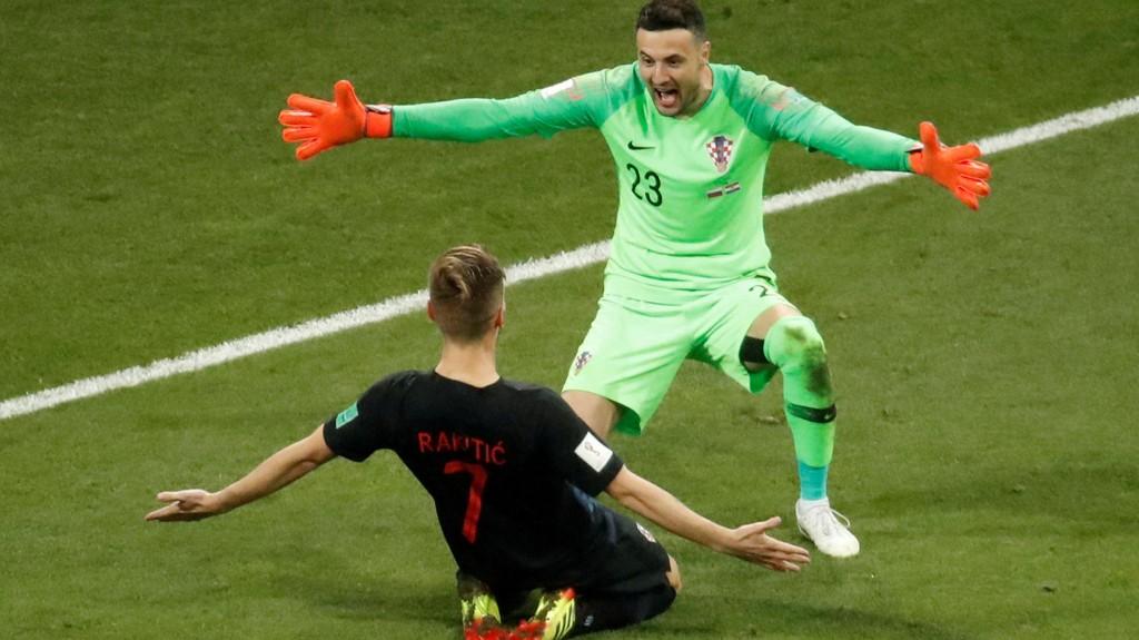Ivan Rakitic har tatt den avgjørende straffen for Kroatia både mot Danmark og Russland. Her omfavnes han av keeper Danijel Subasic etter lørdagens kvartfinale mot Russland.